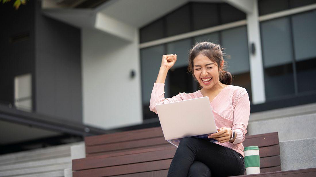 woman on laptop taking credit score quiz